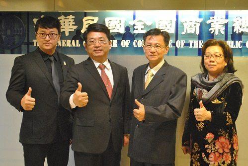 左起台灣連鎖加盟促進協會柯建斌副秘書長、商總戴中興副秘書長、賴榮坤秘書長、會務發展處劉美玲副處長合影
