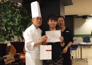 景文餐飲系四年級的朱嘉禧獲得君悅飯店「優秀實習生獎」